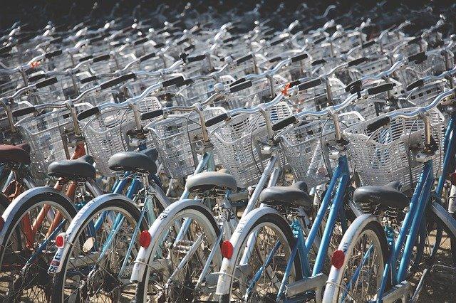 Telefon na rowerze – jak korzystać? Czy to legalne?